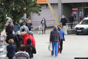 12.12.2020., Split- Uvodjenje novih mjera u trgovinama stvorilo redove slicne onima koje smo vidjali proslog proljeca. Photo: Ivo Cagalj/PIXSELL